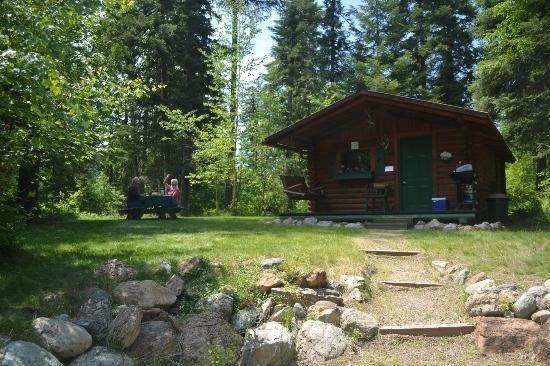 Swan Lake Cabins : Cabin with private picnic area & fire pit