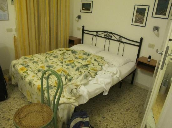 Carugiu B&B : Double bed (in the smaller double room downstairs)