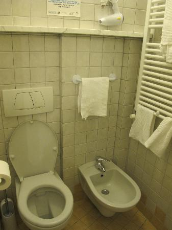 Carugiu B&B : Bathroom (in the smaller double room downstairs)