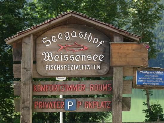 Seegasthof Weissensee: parking area, next to the guest house