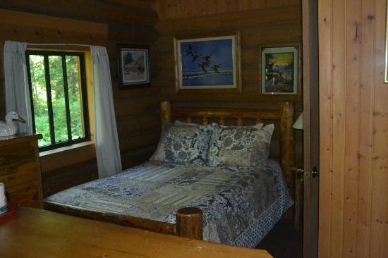 Swan Lake Cabins : smaller cabin bedroom