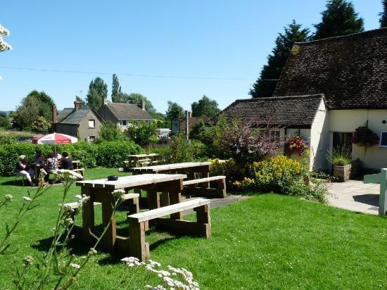 The Star Inn: Plenty of tables in the well kept gardens