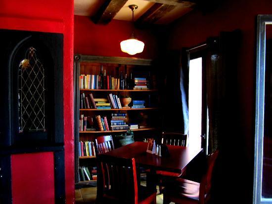 St James Gate Pub & Restaurant: Front Room