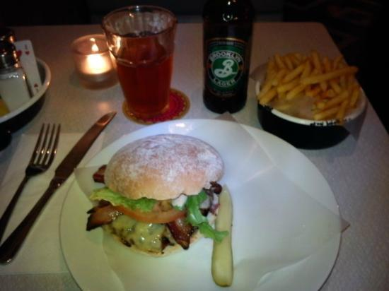 Byron Old Brompton Road: En Byron Special med bacon 'n cheese and chips on side