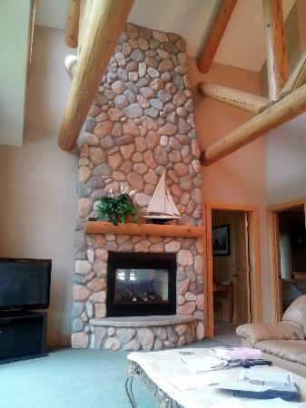 Grand View Lodge: Fireplace in Family Room