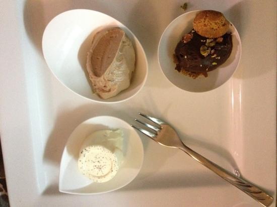 Ristorante Opera: Mousse di gianduia; Fonduta di cioccolato fondente con amaretti e pistacchi; Panna cotta alla va
