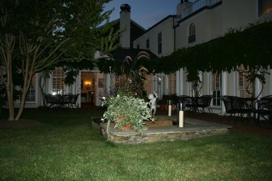 Francis Malbone House Inn: courtyard at night