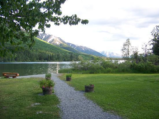 Summit Lake Lodge: Path and lake