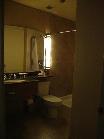 Hotel Royal William: Big and clean bathroom.