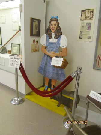 Judy Garland Museum: Dorothy statue at the museum!!