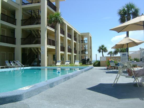 Coastal Waters Inn : View of motel from poolside