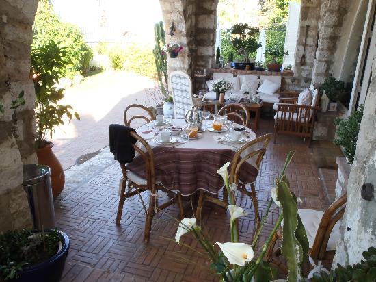La Locandiera: Breakfast on sunny verandah