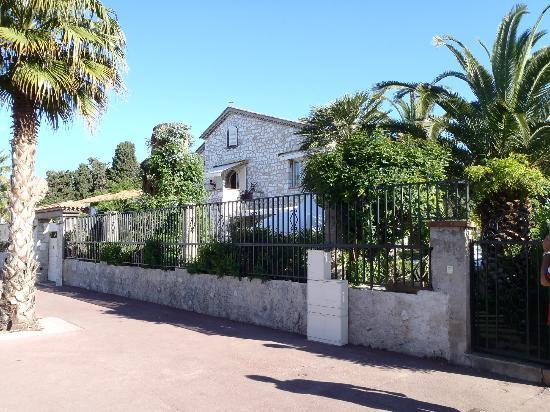 Pathway outside La Locandiera