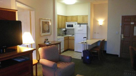 Staybridge Suites Chicago Oakbrook Terrace: Kitchen.