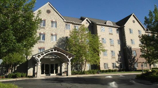 Staybridge Suites Chicago Oakbrook Terrace: Front of hotel.