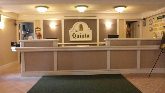 La Quinta Inn Chicago Oakbrook Terrace: Front desk.