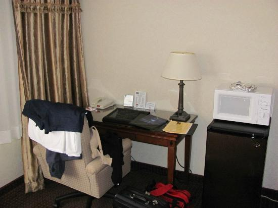 Clarion Hotel Seattle Federal Way: desk with free wifi, microwave and fridge