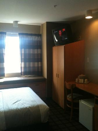 Microtel Inn & Suites by Wyndham West Chester: Window, Closet, TV, Desk