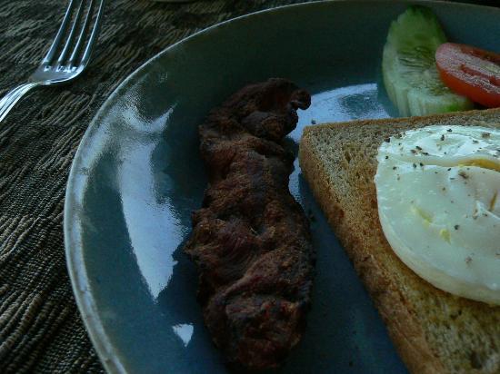 Gayatri Villa : Bad breakfast - burnt bacon, overcooked eggs