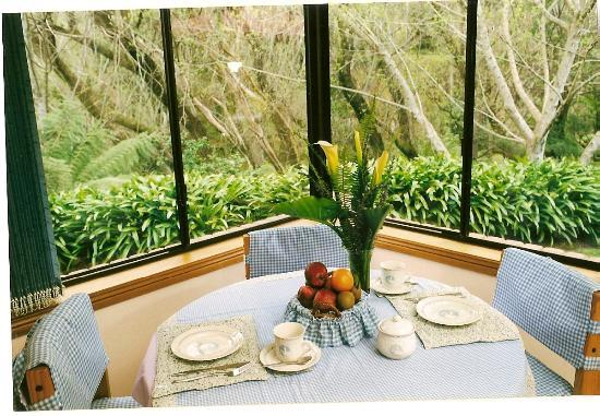 Adelaide Hills Bed and Breakfast Accommodation: Breakfast area with view into the garden