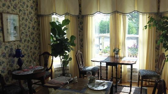 Bedham Hall Bed and Breakfast : Beautiful breakfast room