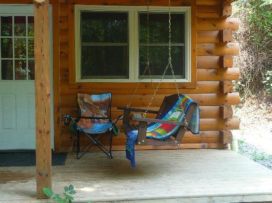 Heritage Cove Resort: Porch swing