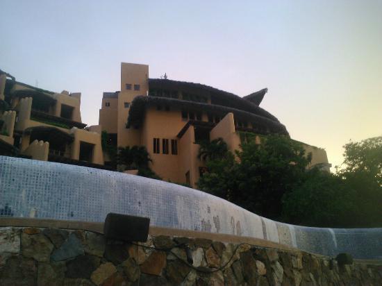 Capella Ixtapa: Edificio central visto desde la alberca