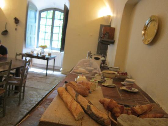 Chateau d'Esparron : Breakfast