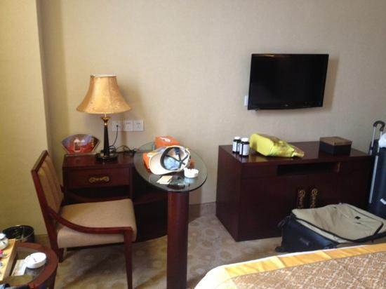 Minbei Hotel : twinbeds standaardkamer bureau en tv