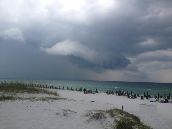 Waters Edge Beach Resort: storm rolling in