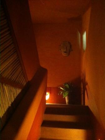 Casa Cuitlateca: Stairwell up to our room at night