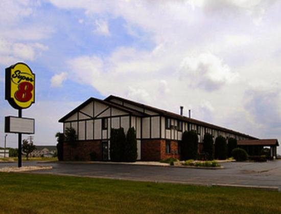 Super 8 Oshkosh Airport: Welcome to Super 8, Oshkosh