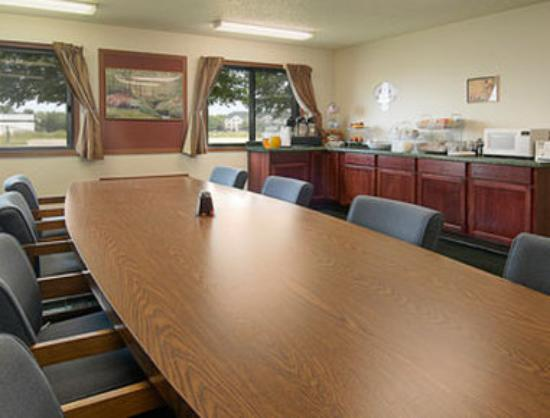 Super 8 Oshkosh Airport: Breakfast Area