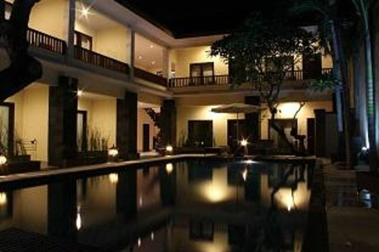 Radha Bali Hotel: Hotel view at night