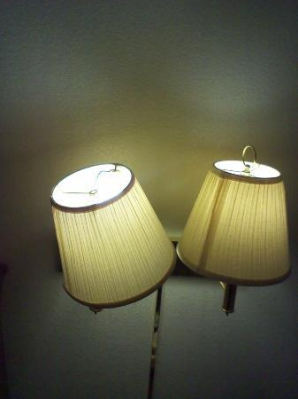Days Inn by Wyndham San Simeon: REALLY---BROKEN LAMP SHADES
