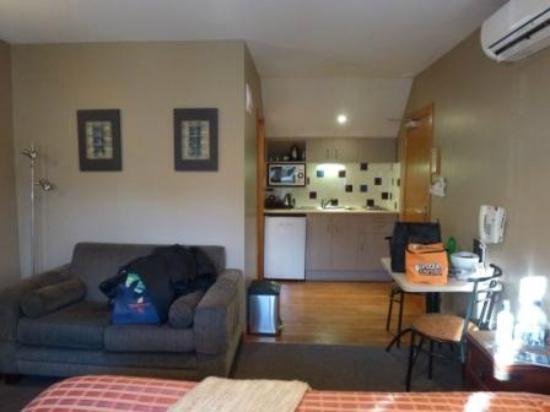 Settlers Motel: Room looking toward kitchen