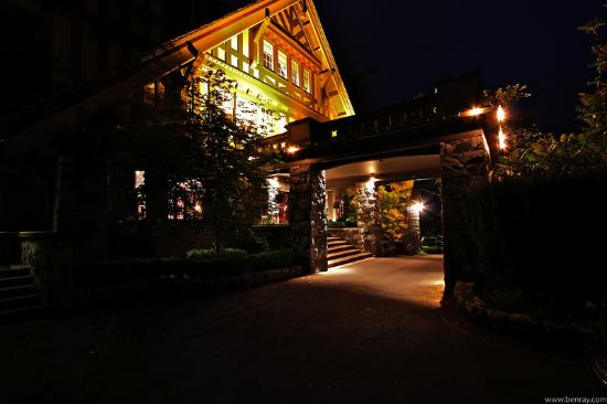English Inn: Front Entrance At Night