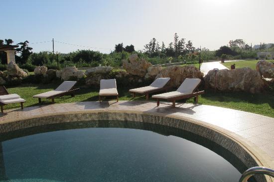 Caldera Villas: Poolområde med dejlige solsenge