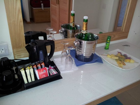 Le Surcouf Hotel & Spa : Champagne & Teacoffee in room