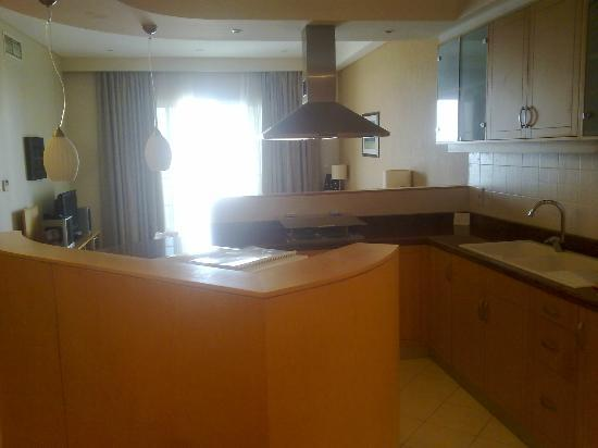 Somerset Al Fateh Bahrain: Kitchen and living room