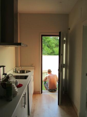 Aparthotel Novo Sancti Petri: Cocina y puerta trasera con jardin