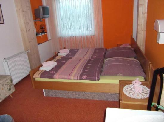 Pension Langewiese: Zweibettzimmer Nr 5-Dusche/WC-Süd Seite