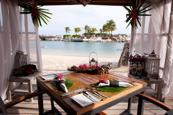 Baoase Culinary Beach Restaurant: private cabana dinner
