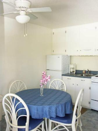 Bonita Beach Resort Motel: Each suite has a kitchenette and dining area