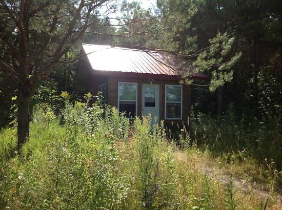 Sugar Ridge Retreat Centre: Cabin 7 from walkway