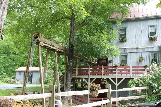 Osceola Mill Restaurant, B&B and Cabins: L'avant du B&B avec l'eau du vieux moulin