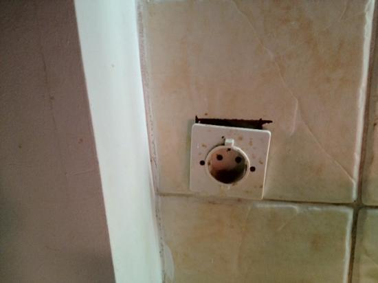 Corali Beach: Kitchen: not well suited socket... quite dangerous for small kids