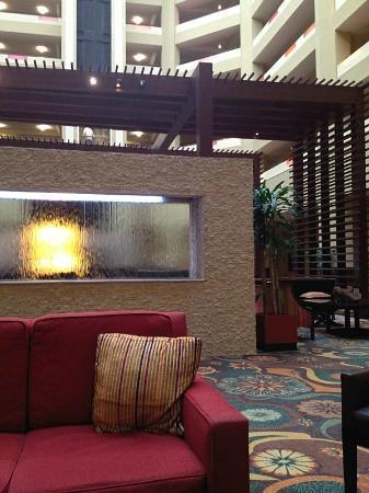 Hilton Phoenix/ Mesa: Comfortable open area in the lobby
