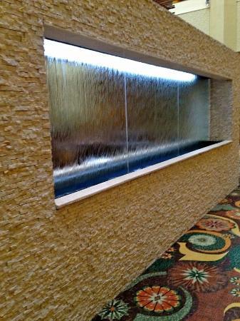 Hilton Phoenix/ Mesa: Water Wall at the lounge