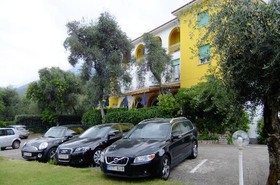 Hotel Orione: Blick von der Liegewiese zum Hotel